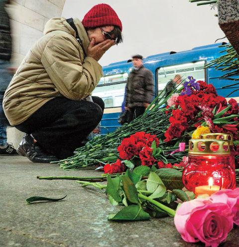 Люди до сих пор несут цветы на место трагедии, зажигают свечи