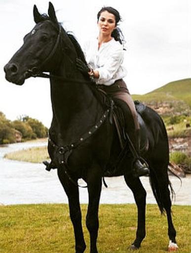 Сати занимается конным спортом, и мечтает перевести своего коня в Москву