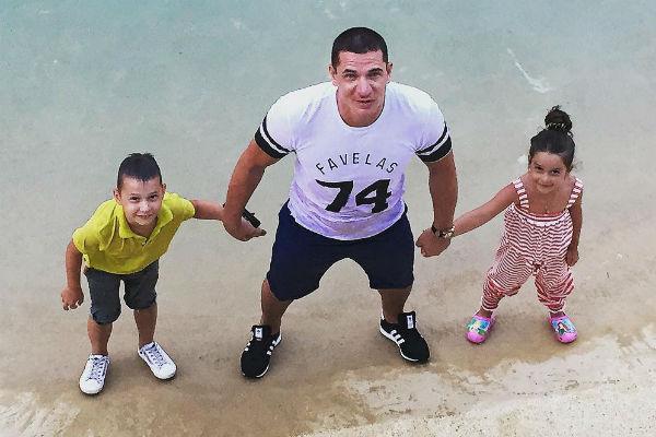 Супруг телеведущей с сыном Омаром и дочерью Ксении Марусей