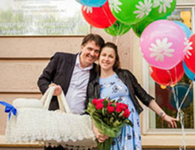 Денис Матросов забрал жену и сына из роддома
