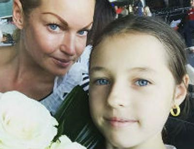 Анастасия Волочкова учит дочь позировать в бикини