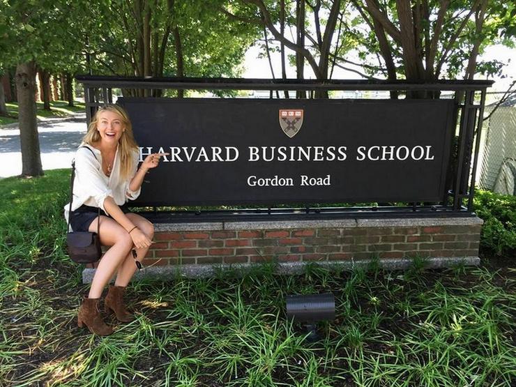 Мария Шарапова на территории Гарвардского университета