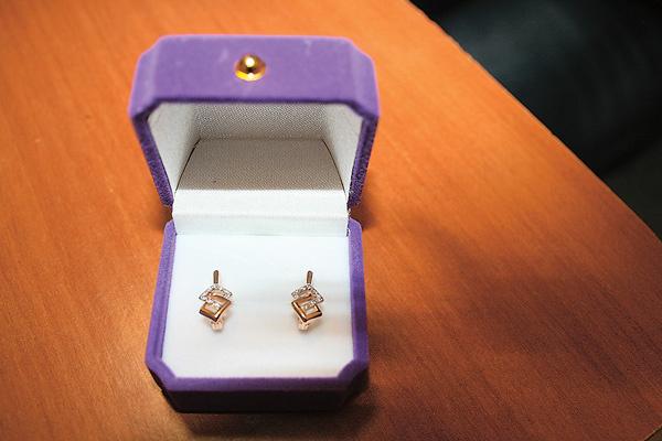 Отчим помог деньгами, и Настя купила Сашеньке сережки на день рождения 17 ноября, но передать не смогла