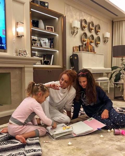 Дома певицу ждут дочки Александра и Мария