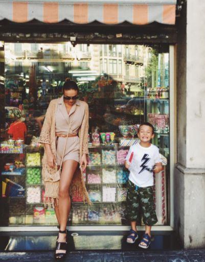Алена Водонаева вместе с Богданом изучает витрины испанских магазинов
