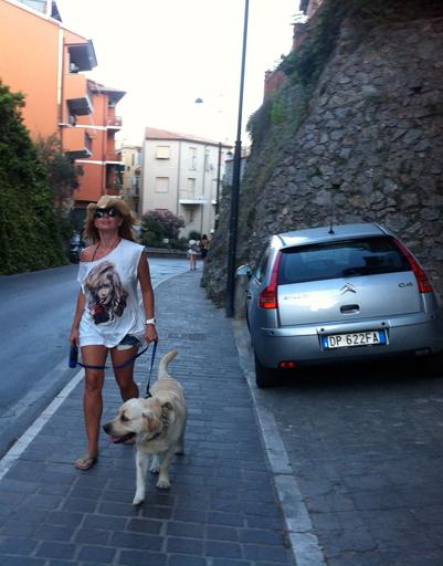 Жанна с Улиусом на прогулке в Порто Эрколе