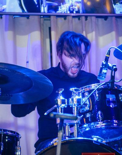 Барабанщик музыкальной группы «Бобры»