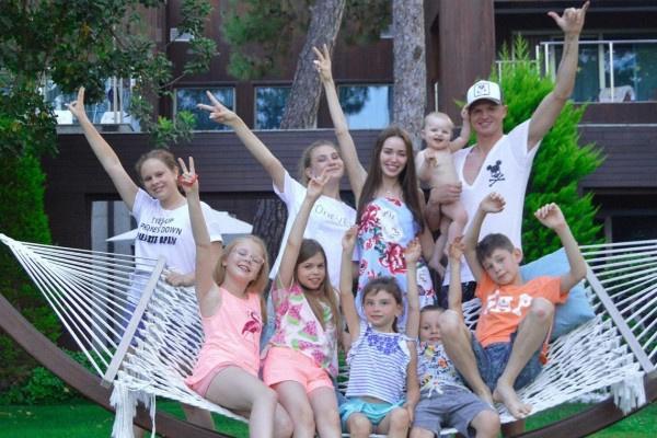 Дмитрий Тарасов пригласил в загородный дом родственников семьи