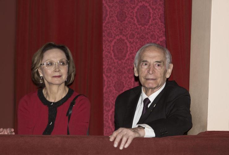 Рядом с актером его жена