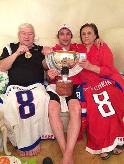 Александр Овечкин с мамой и папой хвастается трофеями