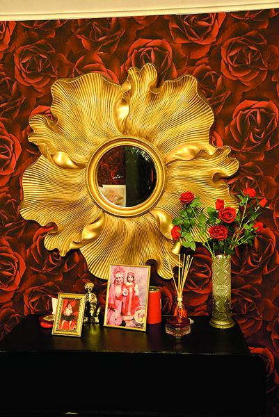 Оригинальный цветок Тане подарили на свадьбу, а зеркало она нашла в одном из салонов столицы