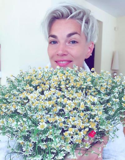 Стас Костюшкин позаботился о том, чтобы утром вручить супруге Юлии букет ромашек