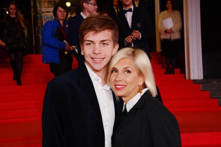 После окончания кадетского корпуса Григорий поступил в актерскую школу без помощи знаменитой мамы