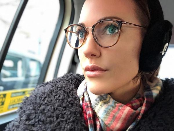 Поклонники уверены, что актрисе идут очки