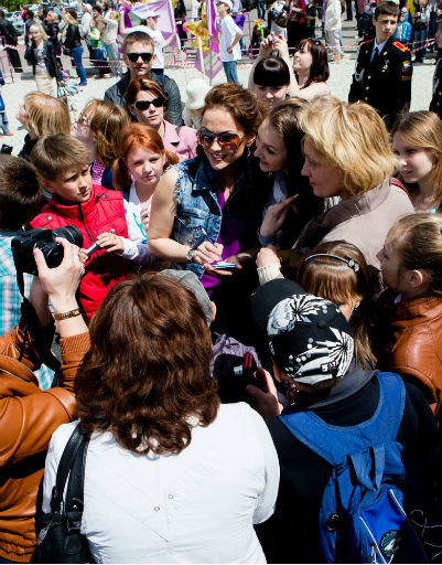 Марию Берсеневу окружили поклоннники