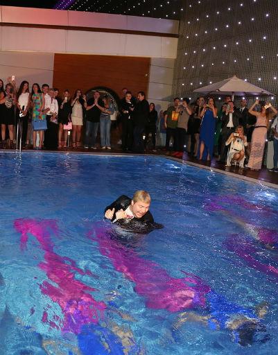 Николай Басков искупался в бассейне