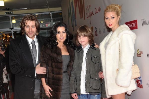 Муж и дети Анастасии постоянно находятся рядом с ней