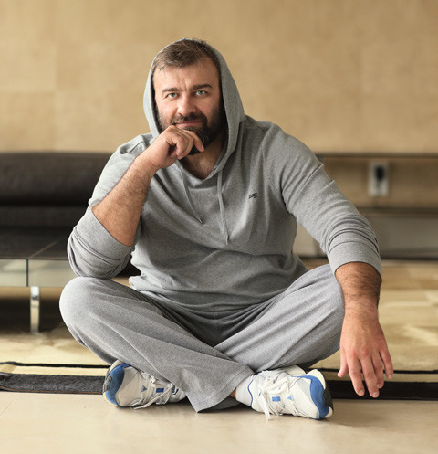 Пореченков старается держать себя в форме, иногда даже возит на съемки личного тренера