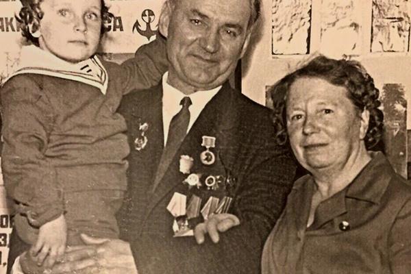 У Дмитрия интернациональные корни: его дедушка Николай был азербайджанцем из Ирана, бабушка Гертруда – наполовину немка, наполовину латышка