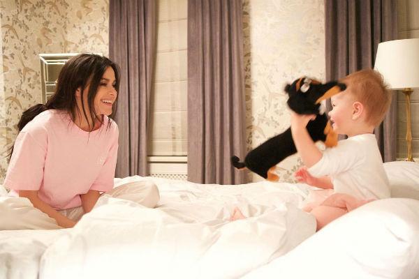 Лена Темникова играет в спальне с дочерью