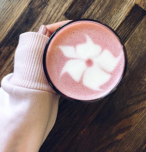 Стиль жизни: Для влюбленных в ЗОЖ: «Хлеб Насущный» презентует розовый латте – фото №1