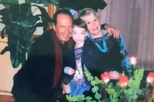Актер с женой и сыном