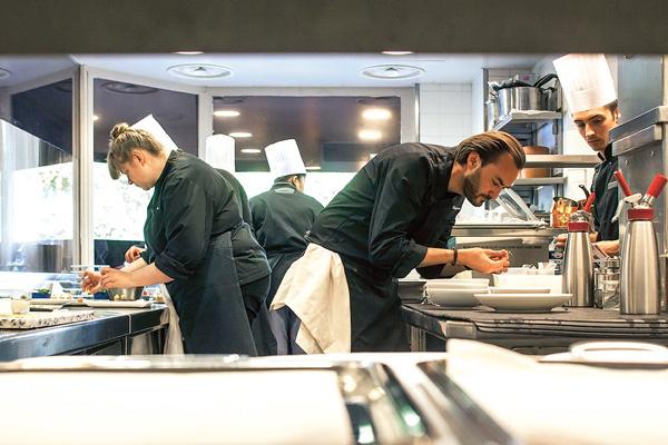 Шеф-повар Сирил Линьяк готовит на кухне своего ресторана Le Chardenoux