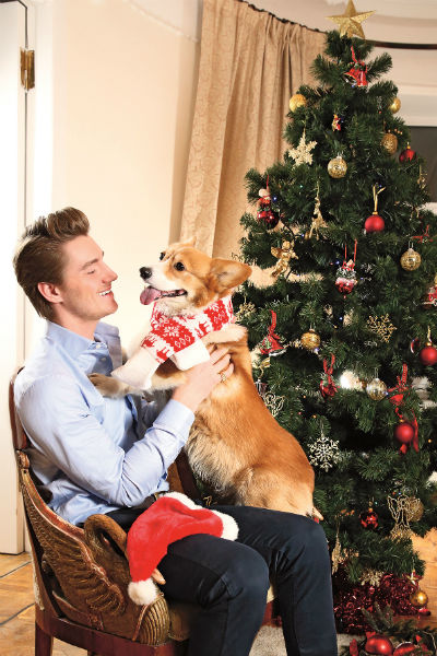 Специально для «СтарХита» Воробьев одел Элвиса в шарф и шапку, в обычной жизни собака ходит в собственной шубе