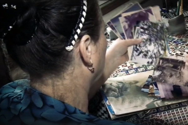 Сейчас женщина только пересматривает старые фотографии сына