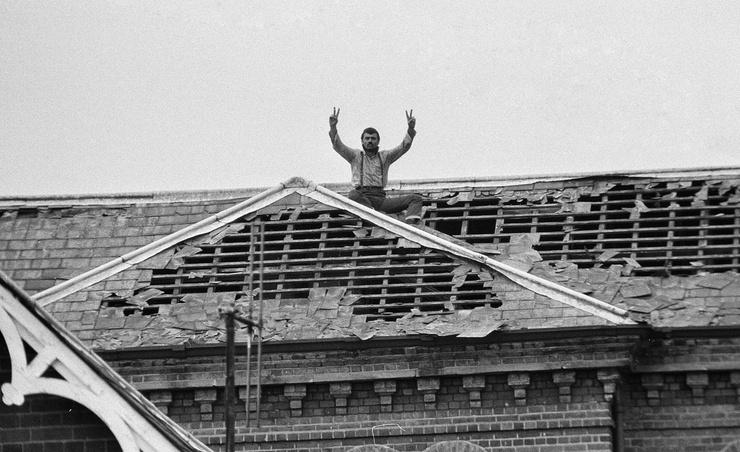 Чарльз шутил, что побывал на большем количестве крыш, чем Санта-Клаус