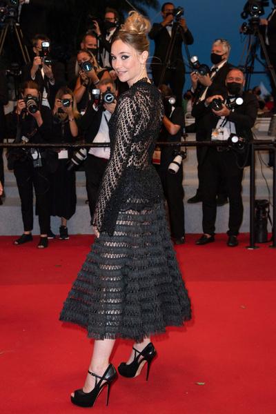 Актриса Дебора Франсуа в полупрозрачном платье, которое мало кому приглянулось