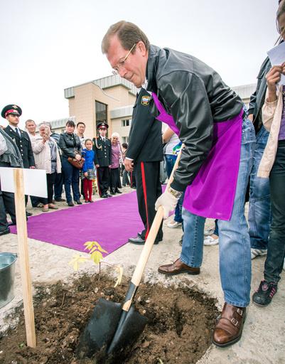 Виктор Шкулев также посадил одно из деревьев в Чите - на своей родине