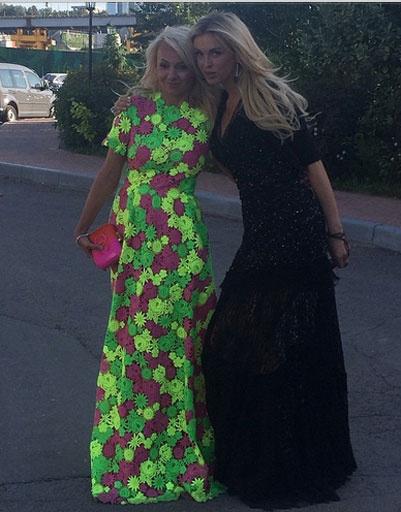 Яна Рудковская с подругой
