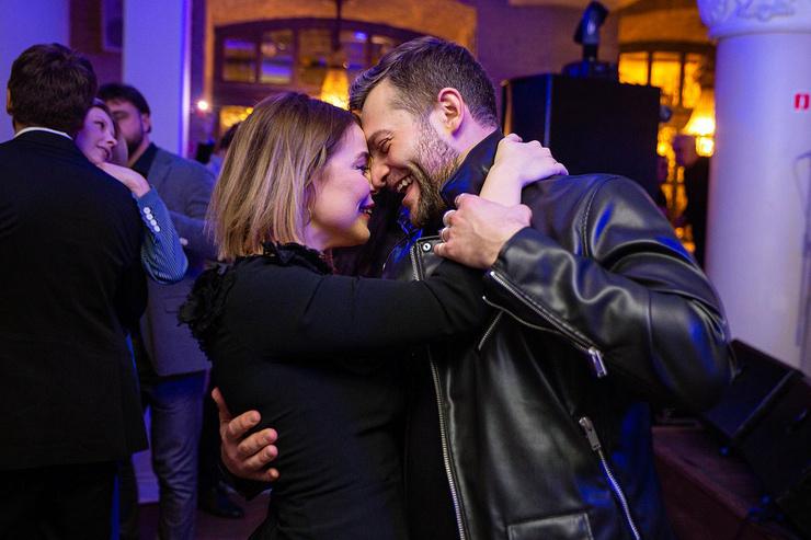 На вечеринке пара не скрывала чувств