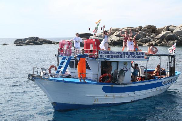 Под зажигательную музыку туристы устроили дискотеку на крыше судна