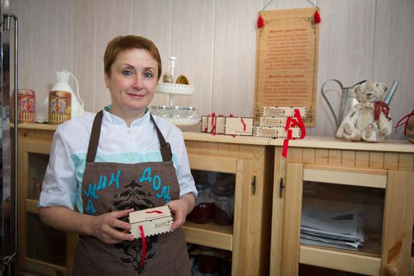 Основательница приюта Арина Серавкина в конфетной мастерской