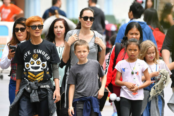 Анджелина редко выходит в свет, но много времени проводит с детьми