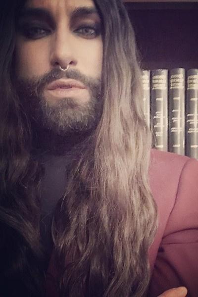 Кончита Вурст много лет носила бороду и длинные волосы