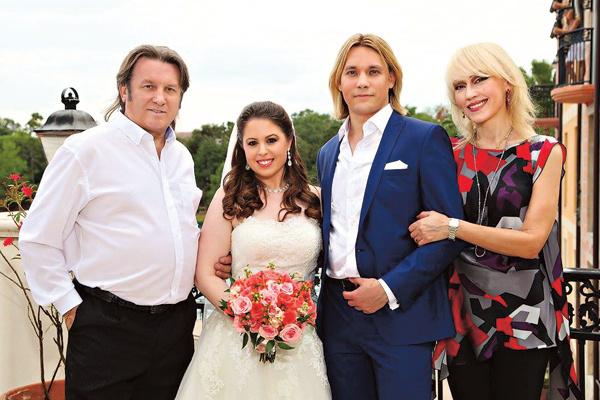 Исполнитель с семьей – женой Светланой, сыном Олегом, снохой Ханной