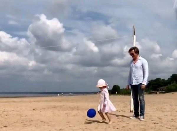 Сергей Безруков все свободное время проводит с дочкой