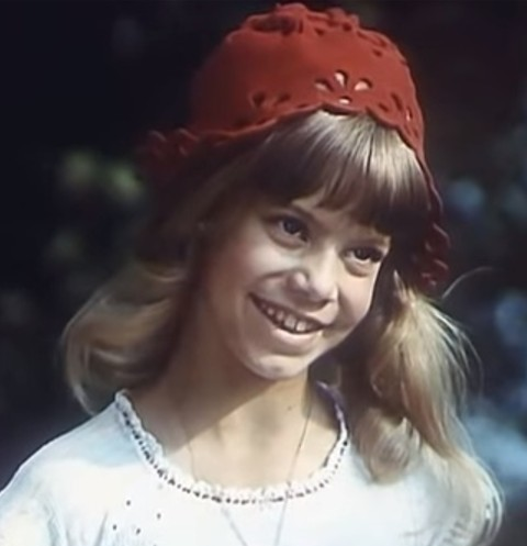 Яна Поплавская в роли Красной Шапочки