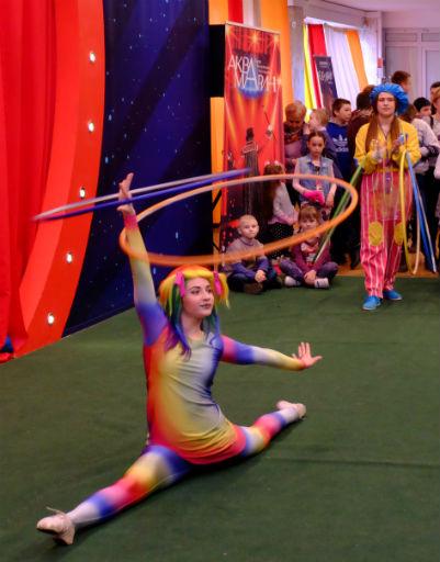 В фойе для детей выступали акробаты
