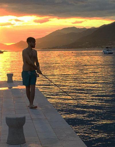 Дмитрий ловит рыбу на закате