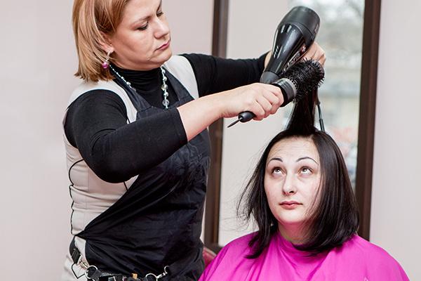 Девушка все время пыталась понять - насколько коротко ее подстригли