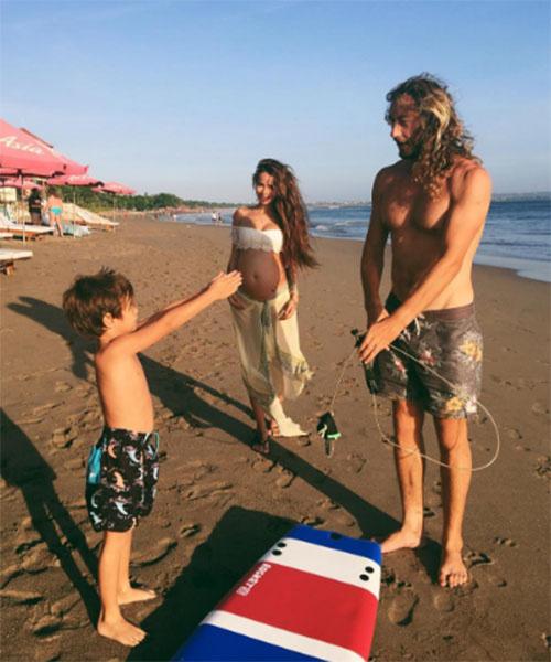 Счастливое семейство в сборе – Айза, ее муж Дмитрий Анохин и сын Сэм на одном из пляжей Бали