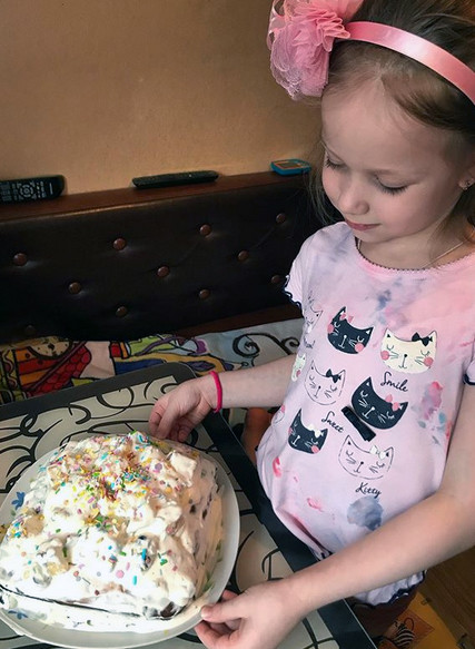 Дочка Лиза любит помогать маме на кухне