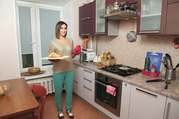 Кухонный гарнитур в пурпурно-розовых тонах сделан в современном стиле