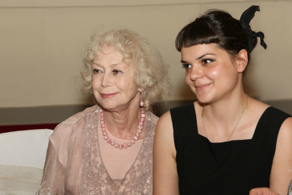 Вместе со Светланой Владимировной в спектакле «Бешеные деньги» играет внучка Полина
