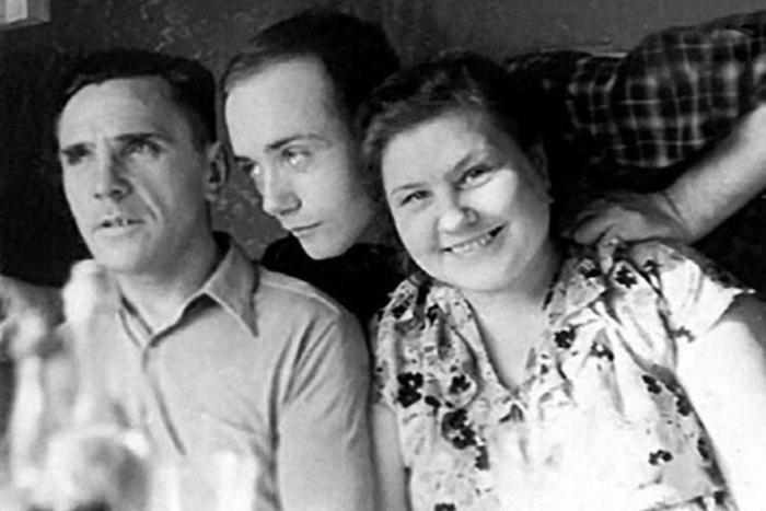 Леонид Куравлев с родителями