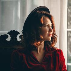 Игривое платье и винтажные шляпки: стиль Екатерины Климовой в сериале «По законам военного времени»